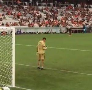 حارس مرمى يتفقد هاتفه اثناء المباراة