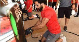 اخبار المحترفين المصريين ، اخبار محمد صلاح ، سر ظهور صلاح بتغييره لإطارات السيارات بمعسكر ليفربول