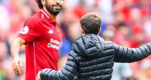 طفل يقتحم الملعب لمصافحة محمد صلاح