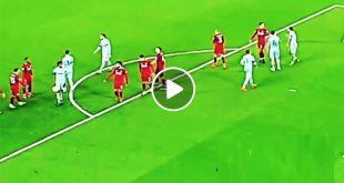 محمد صلاح يترك ركلة الجزاء لفيرمينهو في مباراة ليفربول وارسنال Mohamed Salah letting Roberto Firmino take a penalty kick to secure a hat trick in Liverpool's 5-1