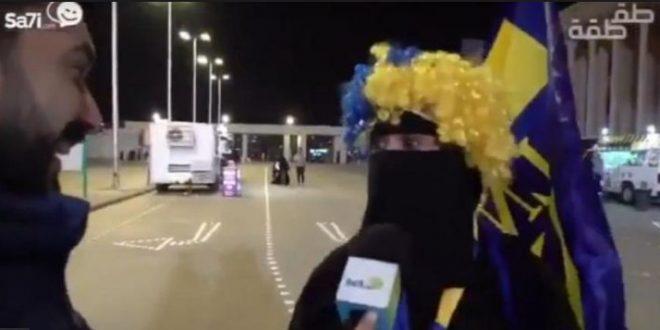 """فيديو.. مشجعة نصراوية تنفجر في وجه مذيع بعدما ناداها بـ """"خالة""""!"""