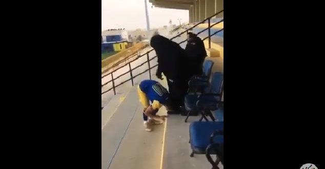 لقطة مؤثرة .. لاعب النصر يقوم بتقبيل رأس والدته بعدما أتت لتشجيعه