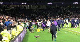 لاعب توتنهام ايريك داير يتشاجر مع احد الجماهير في المدرجات